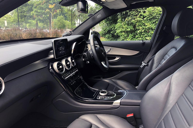 Mercedes-Benz GLC300 4MATIC front seats view